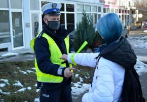 Sopocianie będą świecić przykładem? Policjanci rozdają opaski pieszym i rowerzystom-7271
