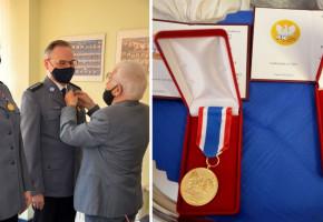 Sopoccy policjanci oznaczeni za wsparcie środowisk AK! Przyznano Złote Medale XXX-lecia Działalności Okręgu Pomorskiego-8735