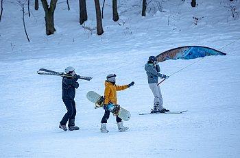 Tłumy na Łysej Górze: narciarze i saneczkarze korzystają z uroków zimy [FOTO]-473