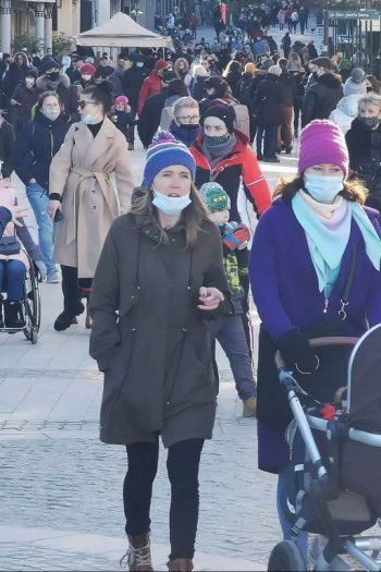 Sopot: Tłumy w ostatnią sobotę lutego - wiele osób z maseczką pod broda lub w kieszeni-476