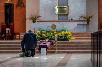 Sopot: Grób Pański wśród pustych ławek kościołów [FOTO]-496