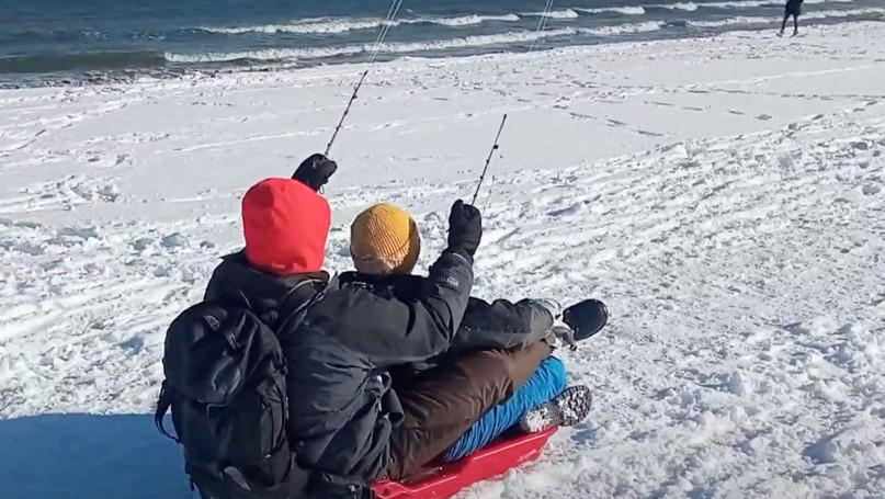 Zimowy surfing na sopockiej plaży! Można i tak [VIDEO]