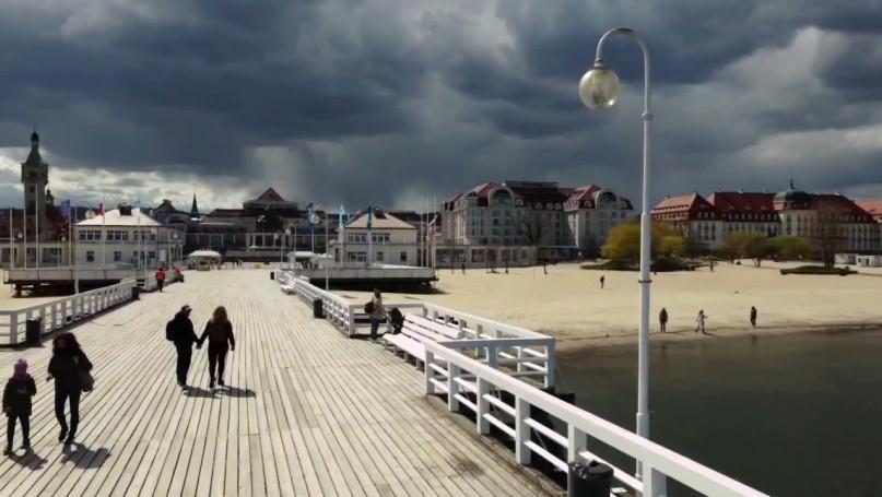 Piękny zachmurzony Sopot z drona! Maj 2021 [WIDEO]